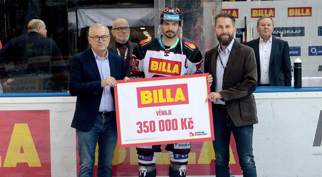 Jaroslaw Szczypka, generální ředitel HC Sparta Praha předává šek na 350 000 Kč předsedovi správní rady Nadačního fondu HC Sparta Praha Vítovi Šubertovi.
